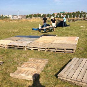 De bouw van het podium voor de muzikanten.